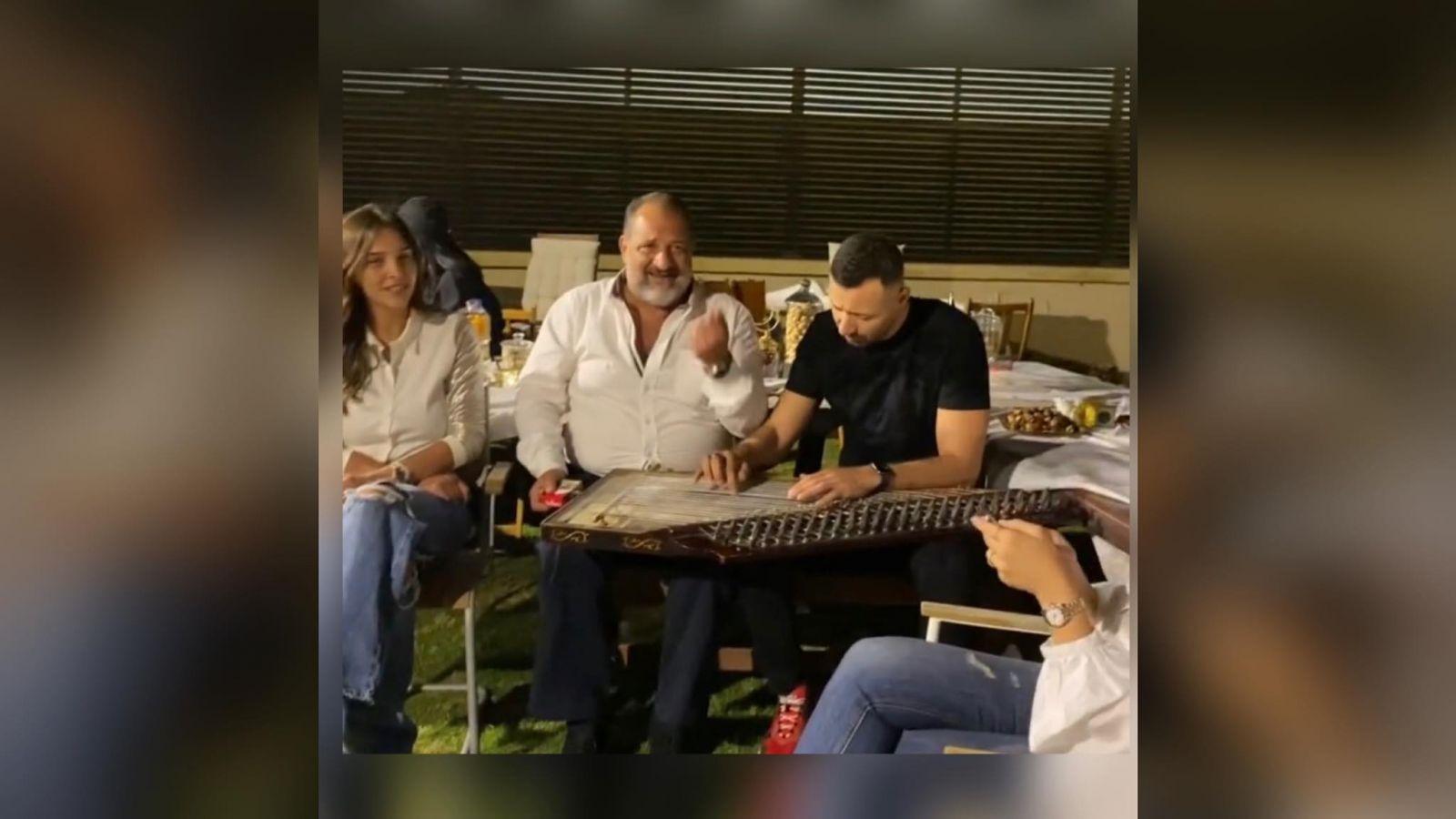 أحمد فهمى وخالد الصاوي يغنيان فى منزل الإعلامية شيرين حمدي