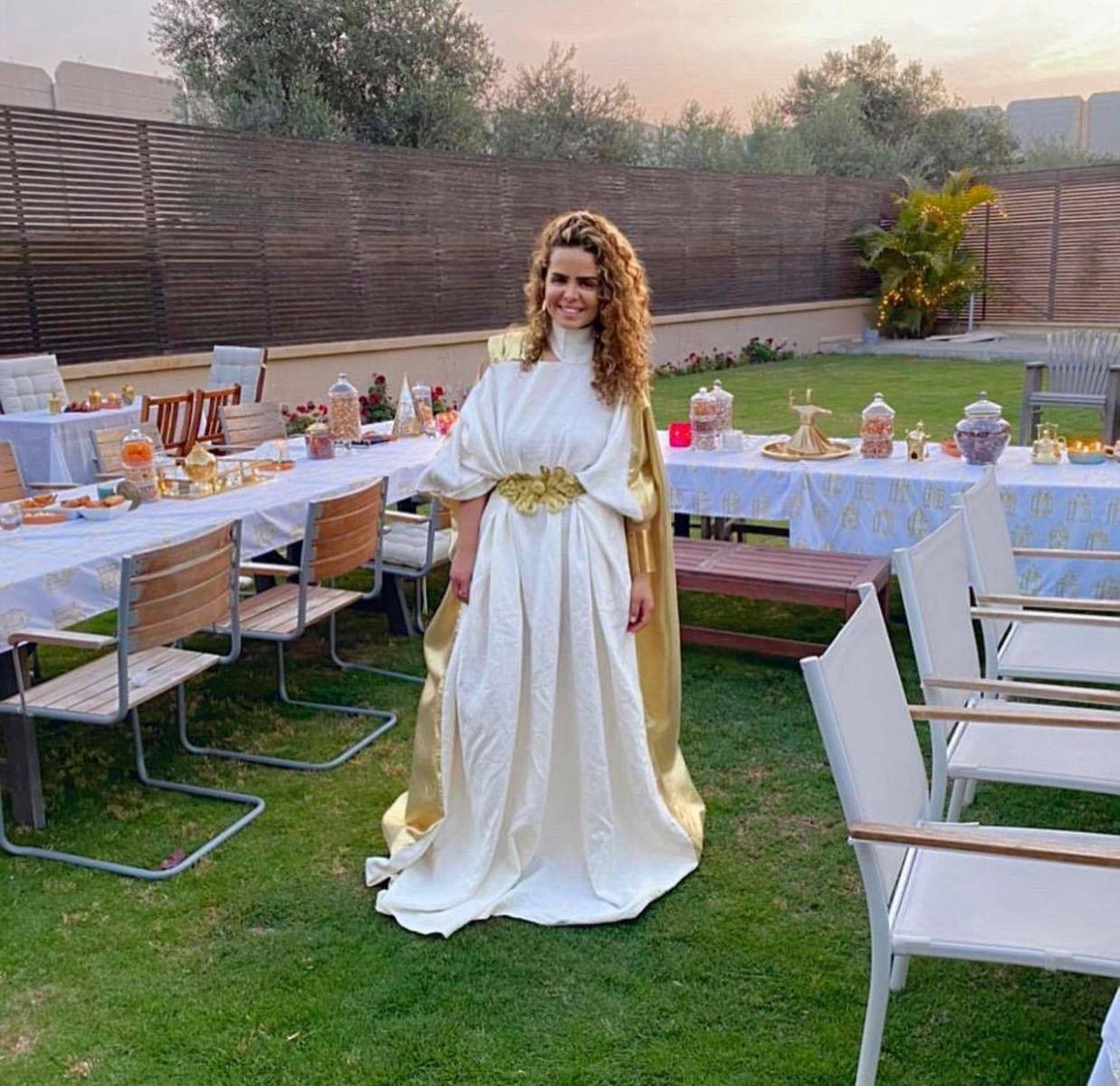شاهد.. شيرين حمدي تتألق بالأبيض والذهبي أثناء إستضافتها لمجموعة من الفنانين