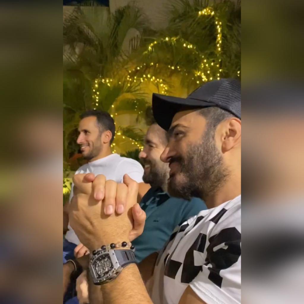 تامر حسني يغني مع مجموعة من الفنانين أثناء وجودهم فى فيلا الإعلامية شيرين حمدي