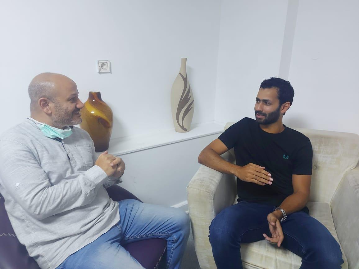 محرر الوفد خلال حواره مع لاعب الزمالك الجديد