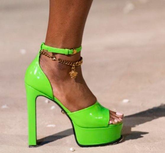 صندل صيفي بكعب عال ذا اللون الأخضر