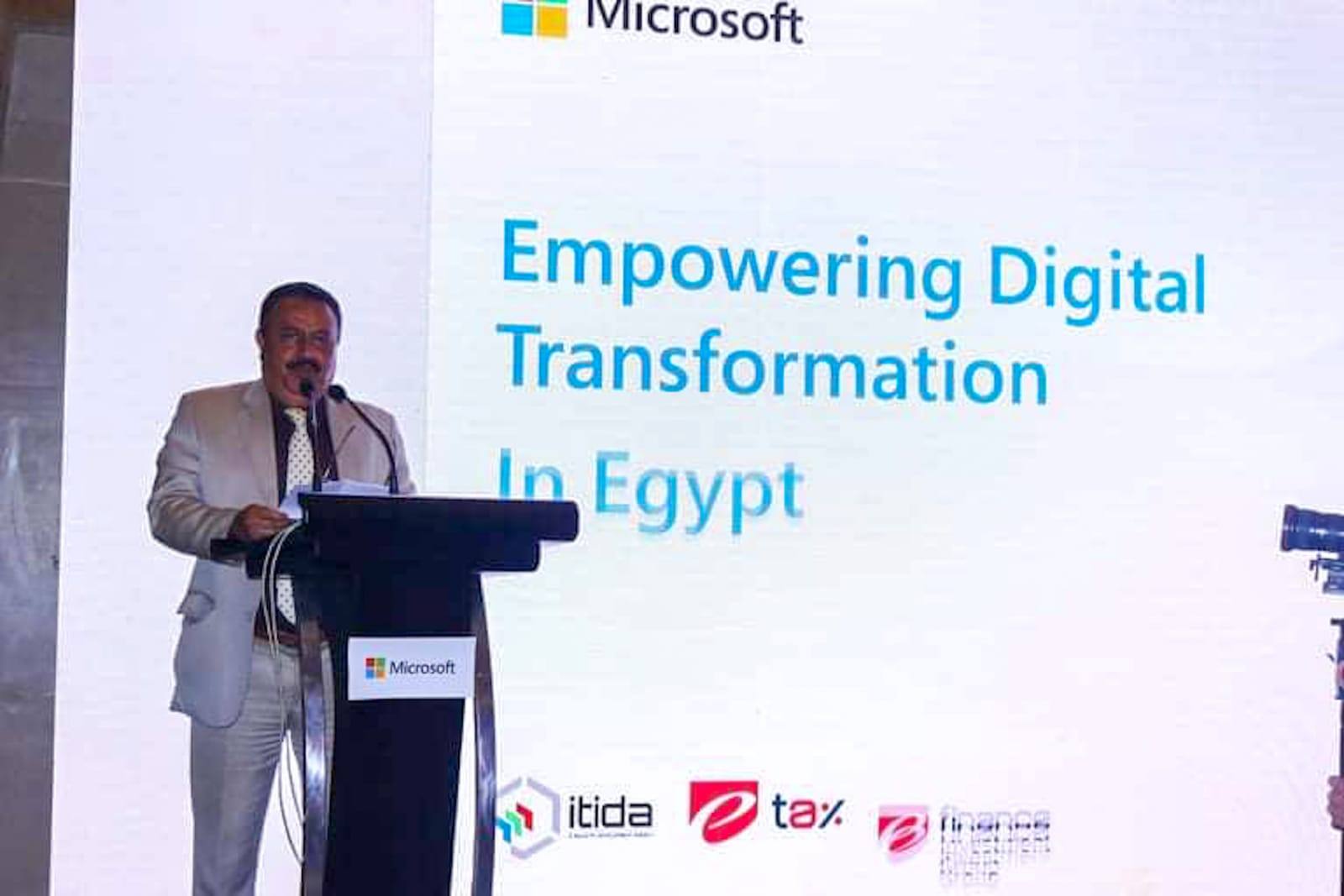 رضا عبدالقادر رئيس مصلحة الضرائب خلال الإطلاق التجريبى لمنظومة الإيصال الإلكتروني