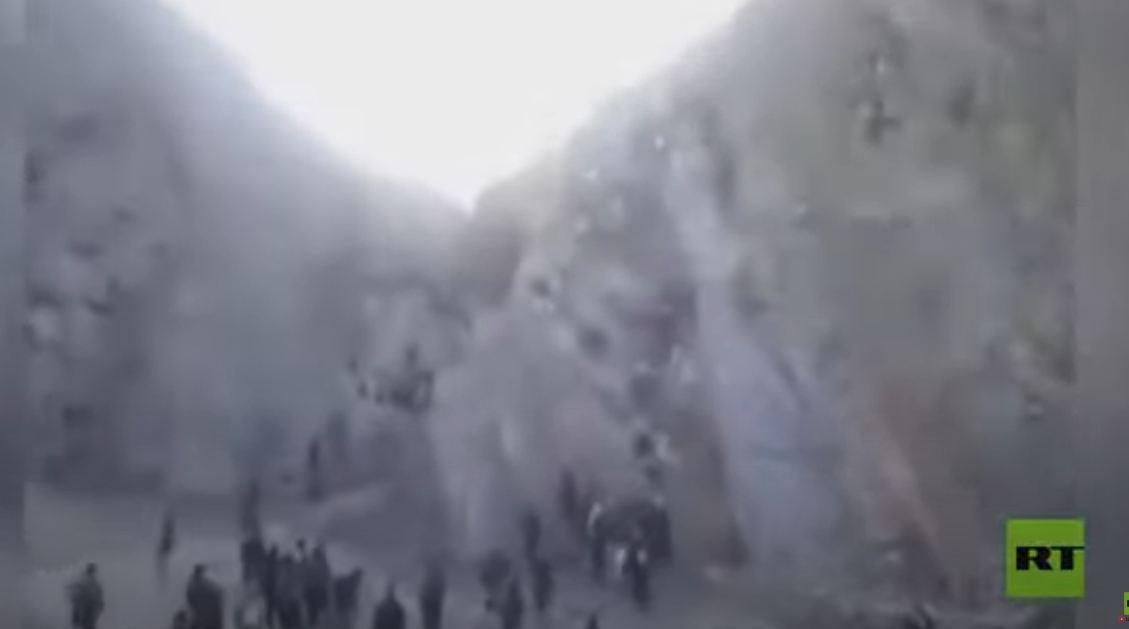 مئات الأفغان يتسلقون الجبال للهروب إلى ايران