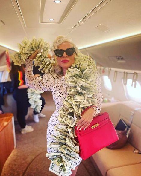 ليدي جاجا بوشاح من الدولارات