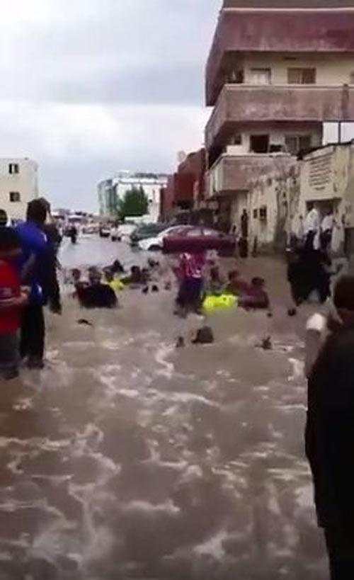 فيديو يوضح لحظة إصابة سعودية بالبرق أثناء تصوير الأمطار وصور أخرى توضح غرق جدة بسبب الأمطار 1 22/11/2015 - 7:50 م
