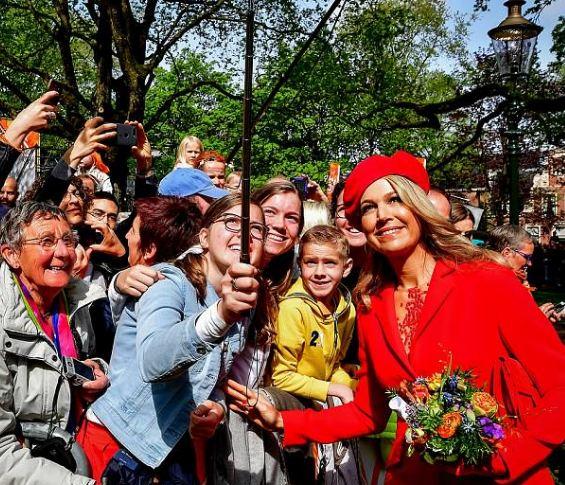 الملكة ماكسيما  تبرز جمالها بالأحمر