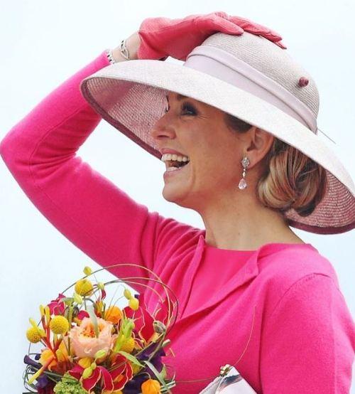 الملكة ماكسيما  تبرز عشقها للقبعات الراقية
